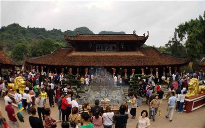 Trong ảnh: Du khách thập phương trẩy hội, dâng hương, vãn cảnh chùa trong ngày khai hội. Ảnh: Thanh Tùng-TTXVN