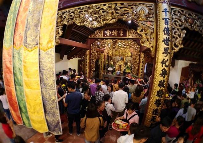 Trong ảnh: Du khách thập phương trẩy hội, dâng hương, vãn cảnh chùa đầu Xuân trong ngày khai hội. Ảnh: Thanh Tùng-TTXVN