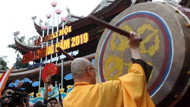 Những hình ảnh đông đúc ngày khai hội chùa Hương