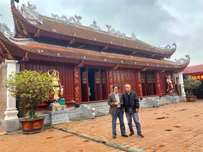 Nguyên Tổng giám đốc TTXVN Trần Mai Hưởng và nguyên phó tổng giám đốc TTXVN Ngô Hà Thái tại không gian đền ông Hoàng Mười