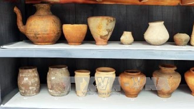 Một số hiện vật gốc được trưng bày tại cuộc triển lãm 'Gốm Óc Eo - nghệ thuật đặc sắc Phù Nam'. Ảnh: Công Mạo/TTXVN