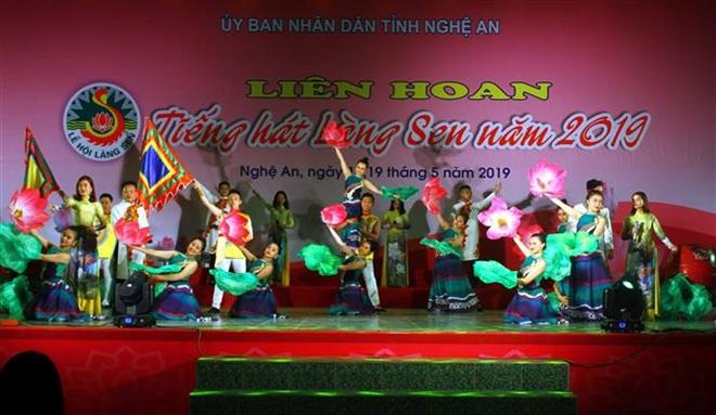 """Một tiết mục văn nghệ đặc sắc được biểu diễn tại Liên hoan """"Tiếng hát Làng Sen"""" năm 2019. Ảnh: Tá Chuyên – TTXVN"""