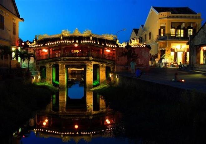 Trong ảnh: Chùa Cầu (còn gọi chùa Nhật Bản), công trình kiến trúc do các thương gia Nhật Bản đến buôn bán tại Hội An xây dựng vào khoảng giữa thế kỷ 16. Đây là một trong những điểm đến hấp dẫn du khách cả ban ngày lẫn ban đêm. Ảnh: TTXVN