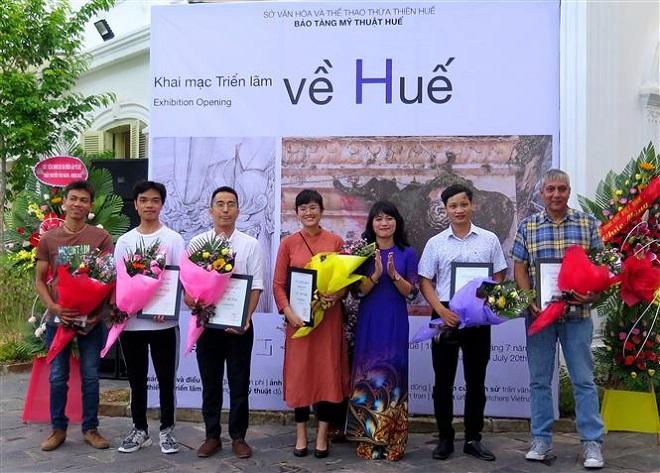 Trong ảnh: Ban tổ chức tặng giấy chúng nhận cho các kiến trúc sư, nghệ sỹ thực hiện triển lãm. Ảnh: Tường Vi - TTXVN.