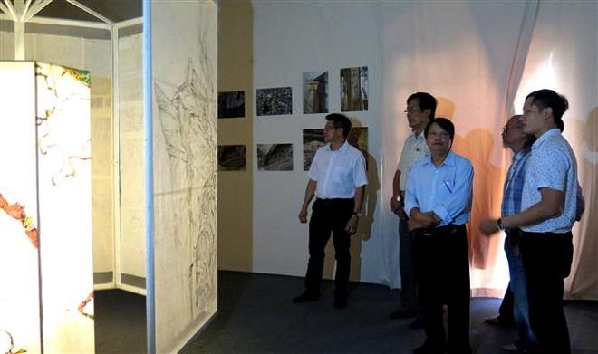 Trong ảnh: Khách tham quan triển lãm. Ảnh: Tường Vi - TTXVN.