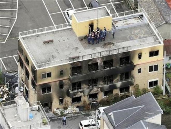 Trong ảnh: Lực lượng chức năng điều tra tại hiện trường vụ cháy xưởng phim Kyoto Animation ở Kyoto, Nhật Bản ngày 20/7/2019. Ảnh: Kyodo/TTXVN