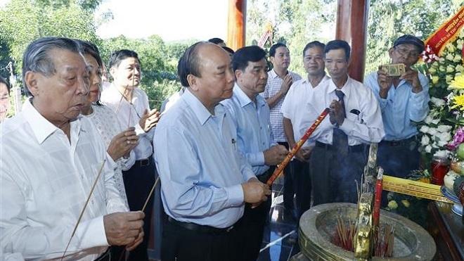 Thủ tướng Nguyễn Xuân Phúc dâng hương tưởng niệm các Anh hùng liệt sỹ tại tỉnh Quảng Nam