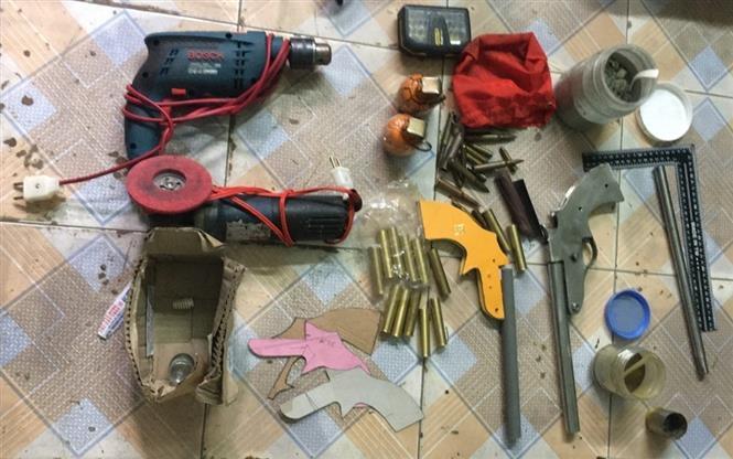 """Trong ảnh: Các vũ khí """"nóng"""" do Nguyễn Khắc Mạnh tự chế. Ảnh: TTXVN/phát"""