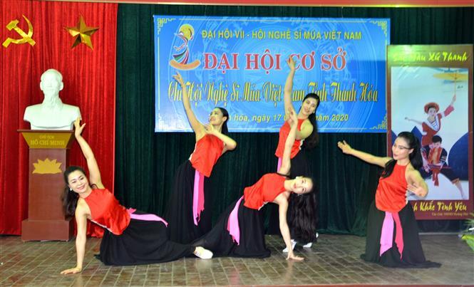 Trong ảnh: Trải qua 25 năm hoạt động và phát triển, nhiệm vụ trọng tâm của Chi hội Nghệ sĩ Múa Việt Nam tỉnh Thanh Hóa là hướng tới việc đổi mới, sáng tạo, khắc phục khó khăn, tiếp tục xây dựng và phát triển nghệ thuật múa thực sự giữ vai trò chủ đạo trong nhiều chương trình nghệ thuật của tỉnh, đáp ứng được yêu cầu hưởng thụ văn hoá tinh thần của đồng bào các dân tộc tỉnh Thanh Hóa. Ảnh: Hoa Mai - TTXVN