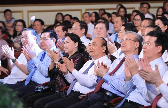 Trong ảnh: Thủ tướng Nguyễn Xuân Phúc, Chủ tịch Quốc hội Nguyễn Thị Kim Ngân cùng nhiều đồng chí lãnh đạo Đảng, Nhà nước đến tham dự chương trình. Ảnh: Thành Đạt - TTXVN
