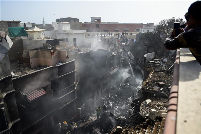 Trong ảnh: Lực lượng cứu hộ làm nhiệm vụ tại hiện trường vụ rơi máy bay chở khách ở thành phố Karachi, miền Nam Pakistan ngày 22/5/2020. Ảnh: AFP/TTXVN