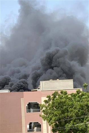 Trong ảnh: Khói bốc lên từ hiện trường vụ rơi máy bay chở khách ở thành phố Karachi, miền Nam Pakistan ngày 22/5/2020. Ảnh: THX/TTXVN
