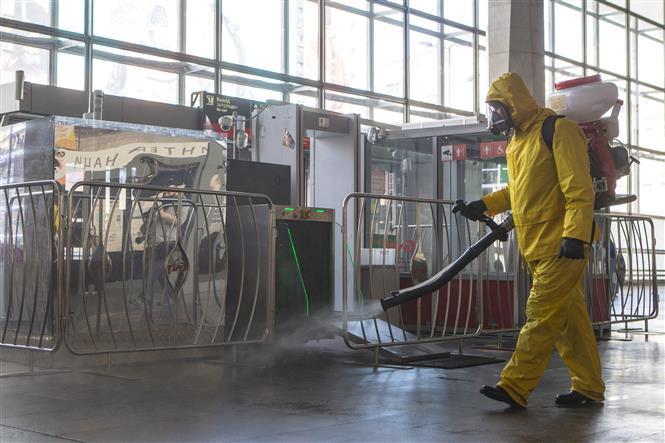 Trong ảnh: Phun thuốc khử trùng nhằm ngăn chặn sự lây lan của COVID-19 tại nhà ga tàu hỏa ở Moskva, Nga ngày 15/5/2020. Ảnh: THX/TTXVN