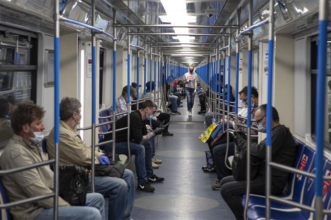 Trong ảnh: Hành khách đeo khẩu trang và găng tay phòng lây nhiễm COVID-19 trên tàu điện ngầm ở Moskva, Nga ngày 12/5/2020. Ảnh: THX/TTXVN