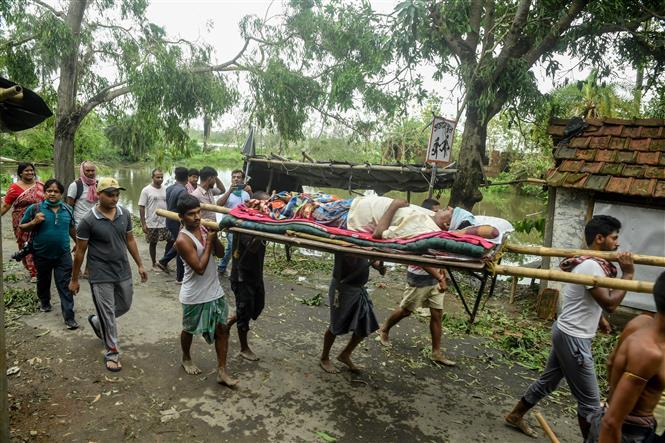 Trong ảnh: Chuyển nạn nhân bị thương do cây đổ sau bão Amphan tại bang Tây Bengal, Ấn Độ ngày 21/5/2020. Ảnh: AFP/TTXVN