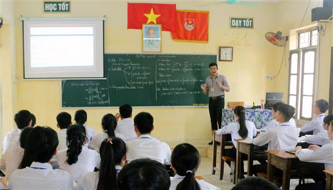 Trong ảnh: Một tiết học ôn tập cho kỳ thi tốt nghiệp THPT của lớp 12A2 trường THPT Kim Bảng C, Hà Nam. Ảnh: Đại Nghĩa-TTXVN