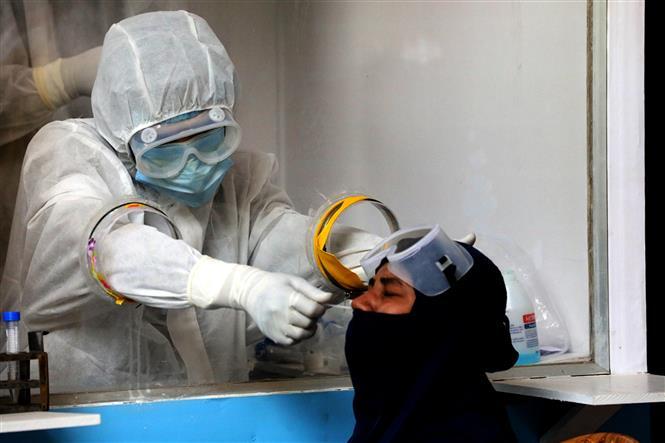 Trong ảnh: Nhân viên y tế lấy mẫu xét nghiệm COVID-19 cho người dân tại Dhaka, Bangladesh ngày 3/5/2020. Ảnh: THX/TTXVN