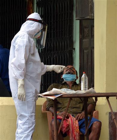 Trong ảnh: Nhân viên y tế lấy mẫu xét nghiệm COVID-19 cho người dân tại Guwahati, Ấn Độ ngày 18/5/2020. Ảnh: THX/TTXVN