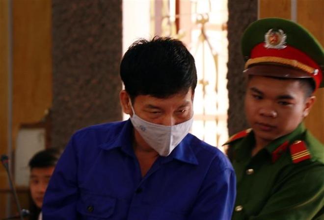 """Bị cáo Trần Văn Điện (nguyên cán bộ Trường Tiểu học và Trung học Cơ sở Chiềng Cơi, thành phố Sơn La) bị đề nghị mức án 12-13 năm tù về tội """"Đưa hối lộ""""."""