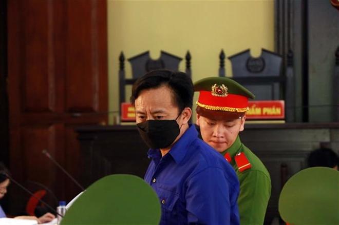 """Bị cáo Nguyễn Minh Khoa (nguyên Phó Trưởng phòng An ninh chính trị nội bộ, Công an tỉnh Sơn La) bị đề nghị mức án 12-13 năm tù về tội """"Đưa hối lộ""""."""