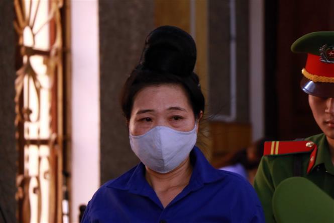 """Bị cáo Lò Thị Trường (lao động tự do, thành phố Sơn La) bị đề nghị mức án 2-3 năm tù về tội """"Đưa hối lộ""""."""