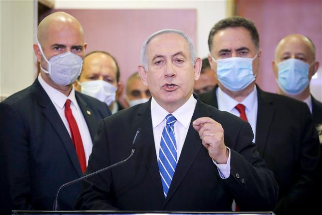 Trong ảnh: Thủ tướng Israel Benjamin Netanyahu phát biểu với báo giới trước khi vào tòa án Quận Jerusalem ngày 24/5/2020. Ảnh: AFP/TTXVN