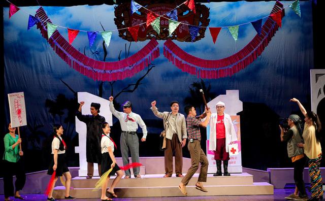 """Vở kịch """"Bệnh sĩ"""", tác phẩm của Lưu Quang Vũ do Nhà hát Kịch Việt Nam dàn dựng diễn ra tại Nhà hát Lớn Hà Nội, mở màn chuỗi các đêm diễn hâm nóng sân khấu sau COVID-19."""