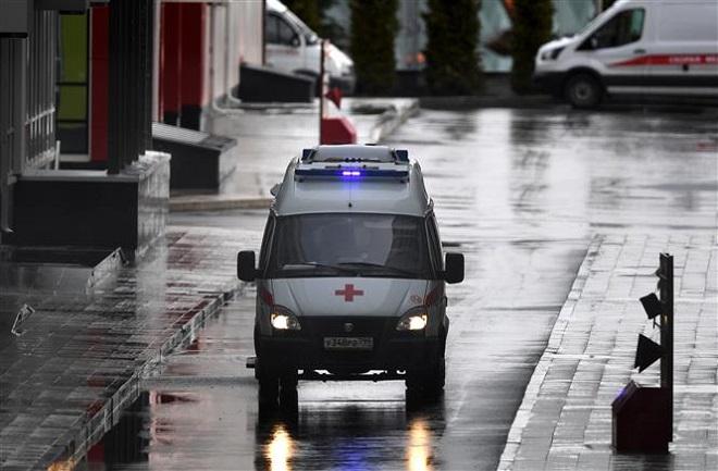 Trong ảnh: Xe cứu thương di chuyển tại khu vực Kommunarka, ngoại ô Moskva, Nga ngày 19/4/2020. Ảnh: THX/ TTXVN