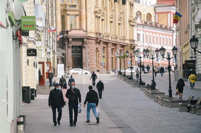 Trong ảnh: Người dân đeo khẩu trang phòng lây nhiễm COVID-19 tại Moskva, Nga ngày 30/4/2020. Ảnh: THX/ TTXVN