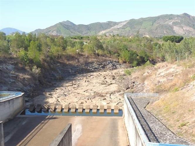 Trong ảnh: Đập chứa nước Suối Dầu ( Cam Lâm) khô cạn không một giọt nước do nắng nóng kéo dài, mực nước trong hồ chỉ còn 18% dung tích hồ. Ảnh: Phan Sáu -TTXVN