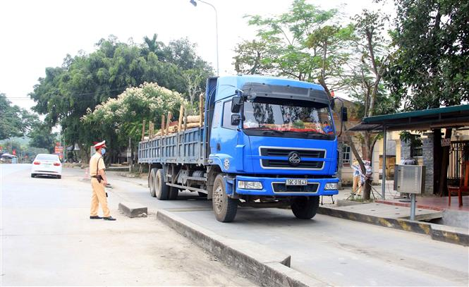 Trong ảnh: Lực lượng Cảnh sát giao thông tỉnh Tuyên Quang kiểm tra trọng tải trên Quốc lộ 2. Ảnh: Quang Cường – TTXVN