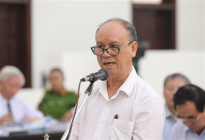 Trong ảnh: Bị cáo Trần Văn Minh, cựu Chủ tịch UBND thành phố Đà Nẵng tự bào chữa trước Hội đồng xét xử tại phiên tòa. Ảnh: Doãn Tấn - TTXVN