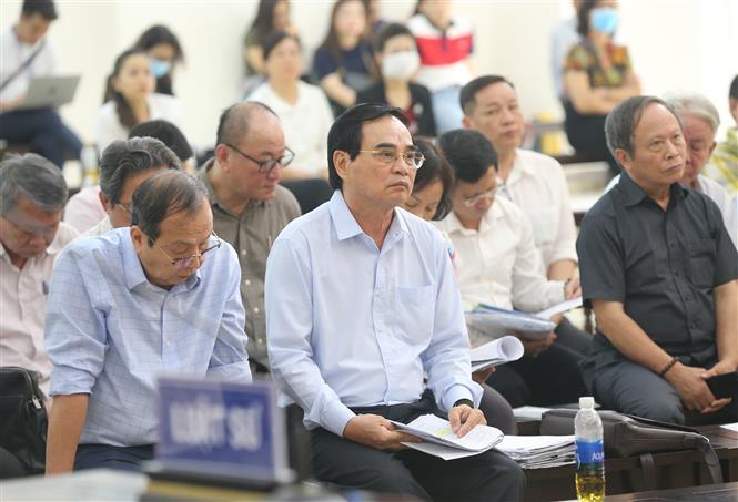 Trong ảnh: Bị cáo Văn Hữu Chiến, cựu Chủ tịch UBND thành phố Đà Nẵng và đồng phạm tại phiên tòa. Ảnh: Doãn Tấn - TTXVN