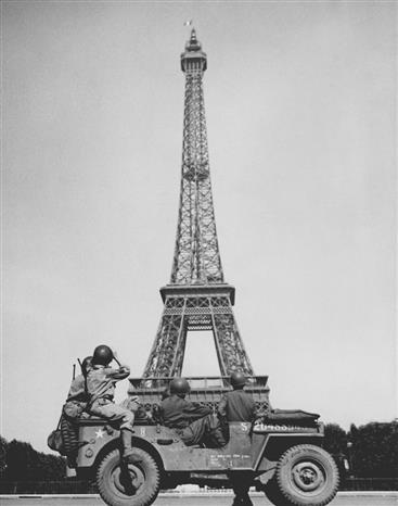 Trong ảnh: Binh lính Mỹ cùng chiếc xe Jeep xuất hiện bên dưới tháp EIFFEL - biểu tượng của Paris, ngày 28/8/1944. Ảnh: Tư liệu quốc tế/TTXVN phát