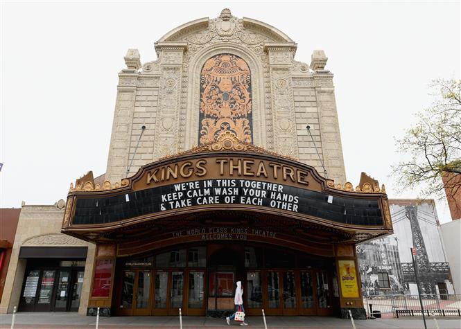 Trong ảnh: Nhà hát Kings ở Brooklyn, New York, Mỹ, đóng cửa ngày 20/4/2020 trong bối cảnh dịch COVID-19 lan rộng. Ảnh: AFP/ TTXVN