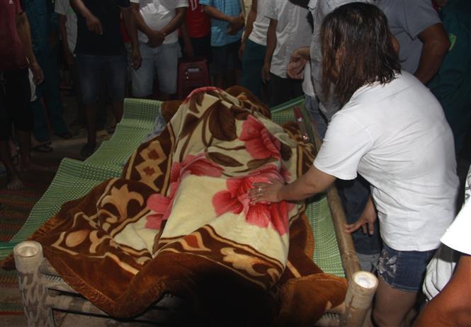 Trong ảnh: Thi thể nạn nhân Nguyễn Ngọc Trường, nạn nhân đầu tiên được tìm thấy. Ảnh: Trịnh Bang Nhiệm - TTXVN