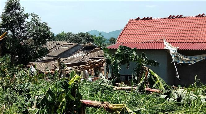 Trong ảnh: Dông lốc làm tốc mái nhiều nhà dân ở xã Phú Lạc, huyện Cẩm Khê. Ảnh: Trung Kiên - TTXVN