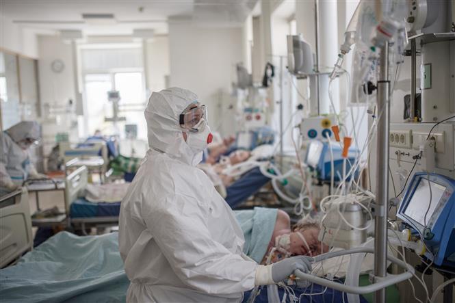 Trong ảnh: Nhân viên y tế điều trị cho bệnh nhân nhiễm COVID-19 tại bệnh viện ở Moskva, Nga,ngày 2/5/2020. Ảnh: THX/TTXVN