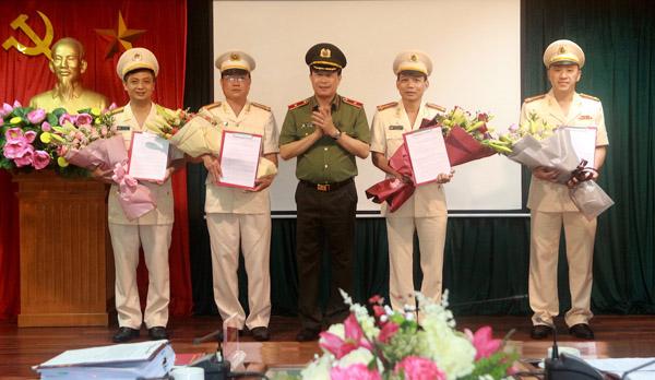 Thứ trưởng Lê Quốc Hùng trao quyết định và chúc mừng các cán bộ được Ban Bí thư Trung ương Đảng chuẩn y chức vụ mới.