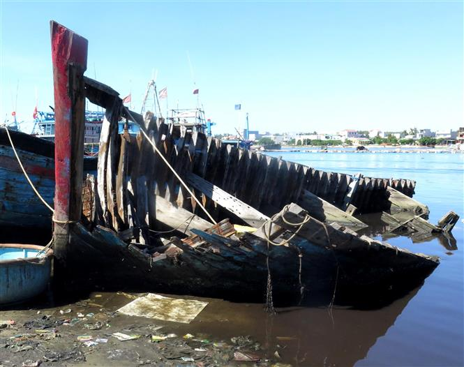 Những chiếc tàu hỏng không được thu dọn vừa gây mất mĩ quan, vừa ảnh hưởng đến giao thông đường thủy nội địa, đặc biệt hơn là gây khó khăn cho công tác phòng tránh mưa bão.