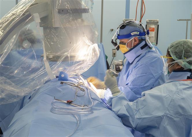 Theo trang thống kê worldometers.info, tính đến 7h30 sáng 29/5/2020, toàn thế giới xác nhận 5.716.621 ca nhiễm virus SARS-CoV-2 gây bệnh viêm đường hô hấp cấp COVID-19, trong đó 352.956 ca tử vong. Trong ảnh: Nhân viên y tế điều trị cho bệnh nhân COVID-19 tại bệnh viện ở Los Angeles, California, Mỹ ngày 29/4/2020. Ảnh: AFP/ TTXVN