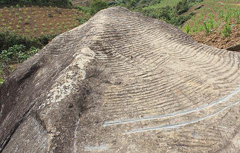 Một tảng đá lớn có hình trạm