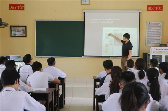 Tiết học của thầy và trò Trường Trung học phổ thông Trần Hưng Đạo, thành phố Nam Định. Ảnh: Nguyễn Lành - TTXVN