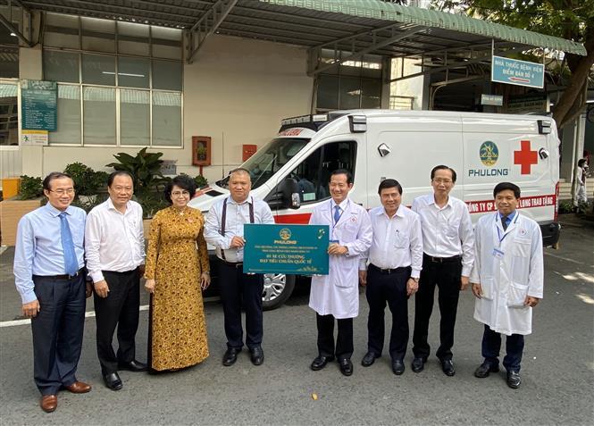 Tp. Hồ Chí Minh: Trao tặng trang thiết bị y tế phòng chống dịch COVID-19 cho Bệnh viện Nhân dân 115