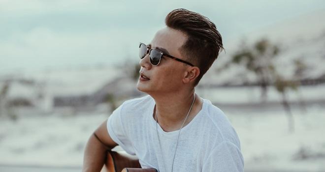 Hình ảnh của ca sĩ Hoàng Bách trong MV Chuyện chàng cô đơn phiên bản 2020