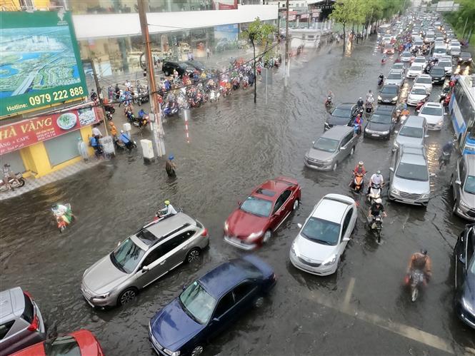 Trong ảnh: Ngập nặng ngay giờ tan tầm khiến giao thông nhiều khu vực rối loạn. Ảnh: TTXVN phát.