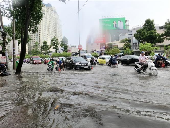 Trong ảnh: Tuyến đường Nguyễn Hữu Cảnh ngập sâu trong mưa. Ảnh: Hồng Giang - TTXVN.