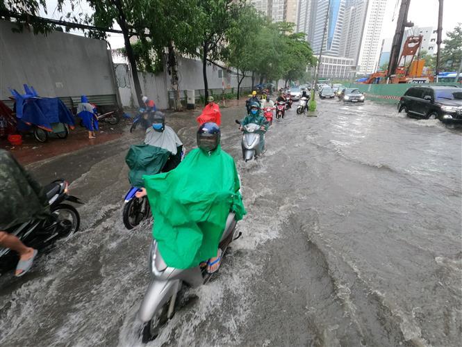 Trong ảnh: Tuyến đường Nguyễn Hữu Cảnh ngập sâu trong mưa. Ảnh: TTXVN phát.