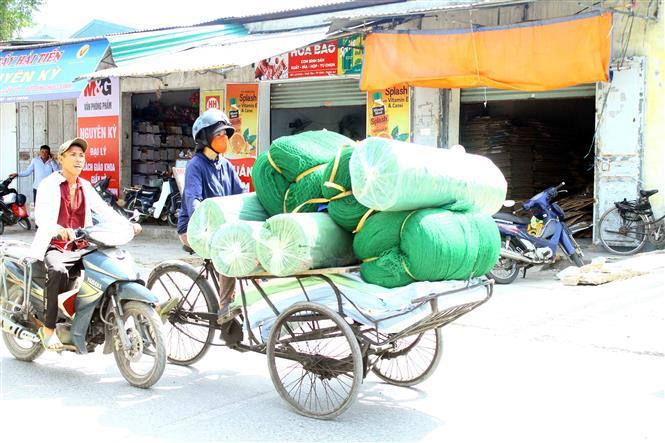 Trong ảnh: Người lao động tại thành phố Vinh vất vả, mưu sinh trong thời tiết nắng nóng. Ảnh: Tá Chuyên – TTXVN