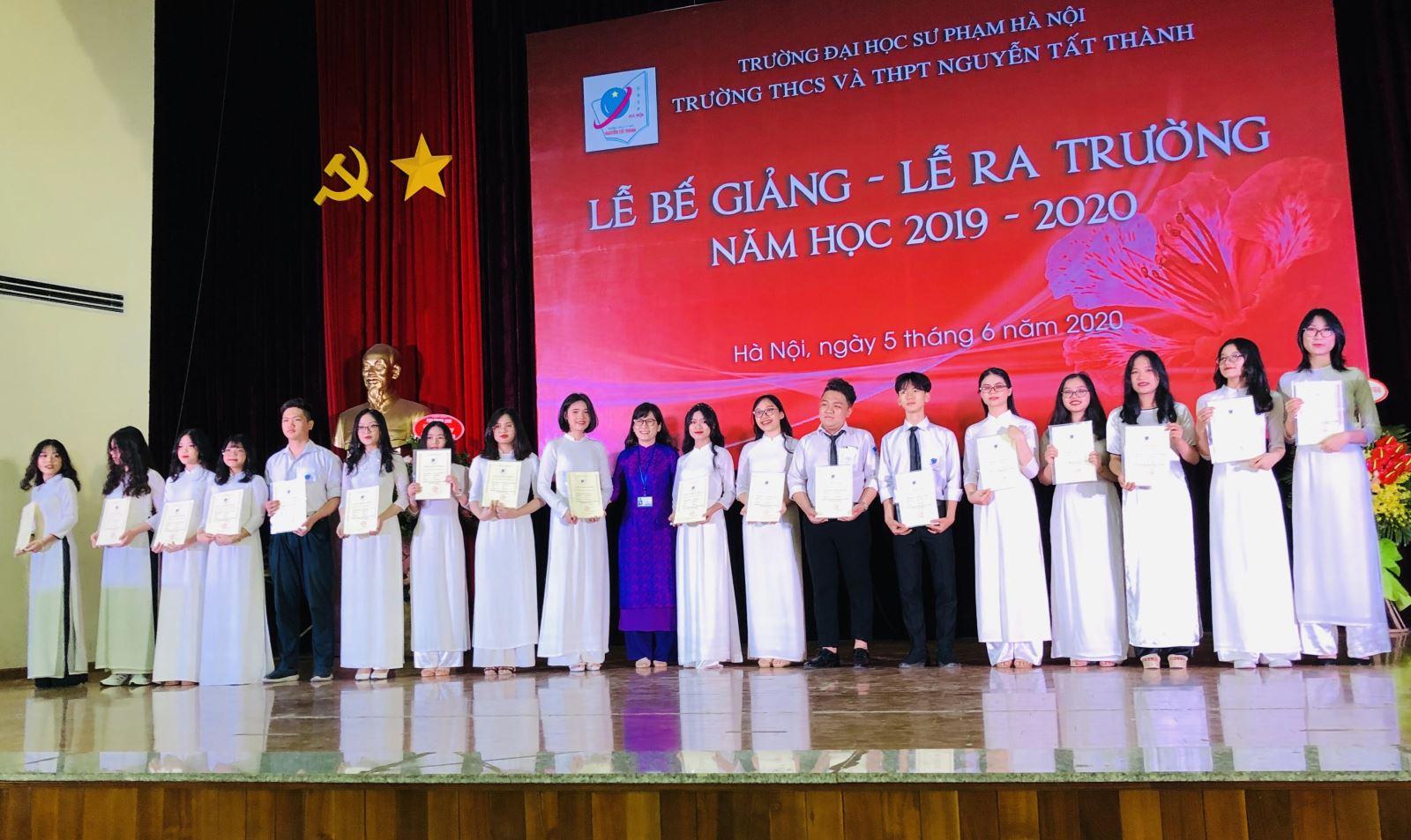 Hiệu trưởng tặng giấy khen cho các học sinh xuất sắc